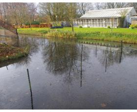 AAP centro teritorija yra perskirta vandens kanalais su elektrinėmis užtvaromis