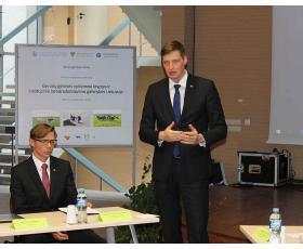 Pranešėjas - seimo narys Kęstutis Mažeika, šalia - LSMU Veterinarijos akademijos kancleris prof. M. Malakauskas.